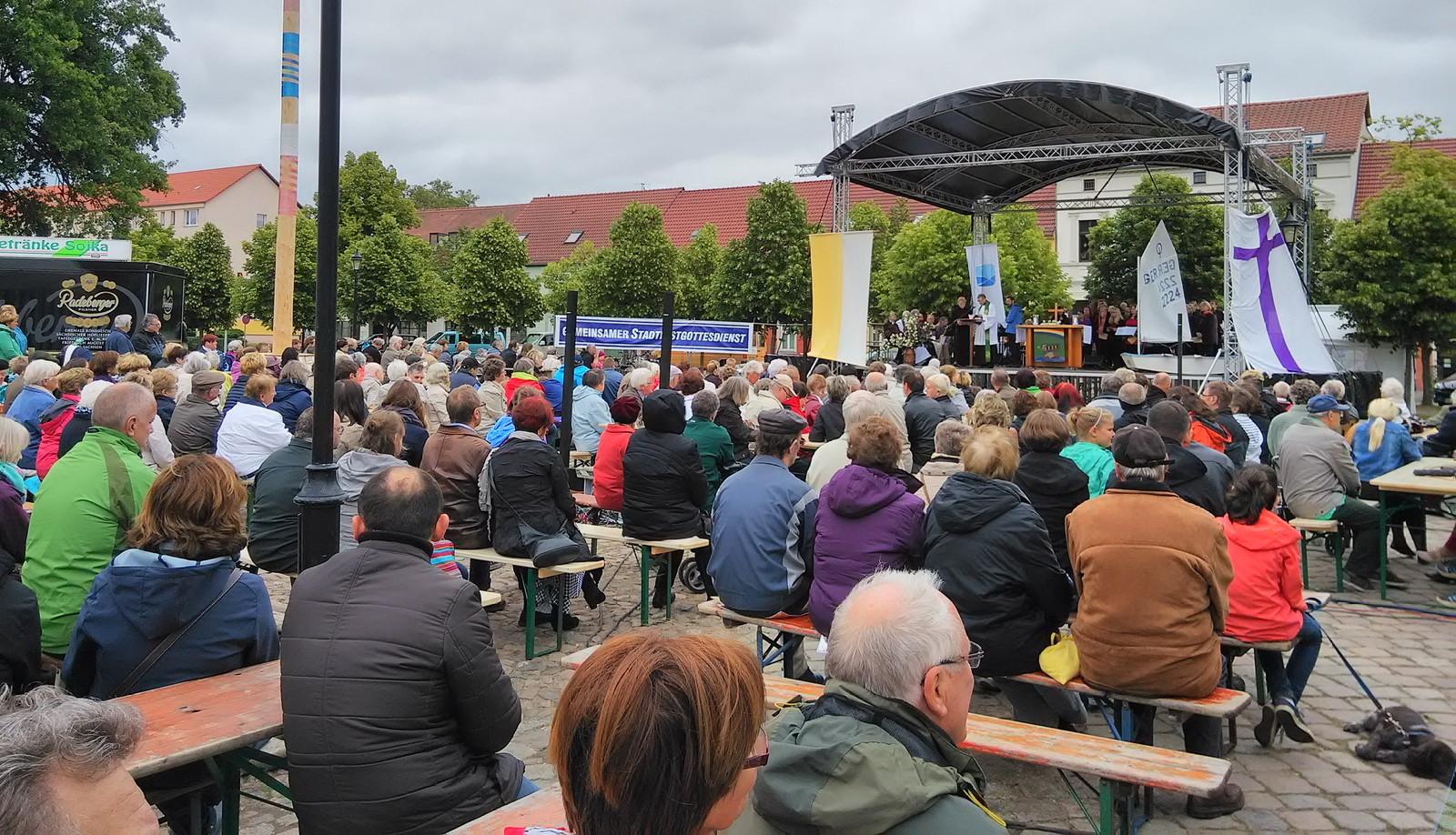 gemeinsamer Stadtfest_Gottesdienst auf dem Marktplatz 2015